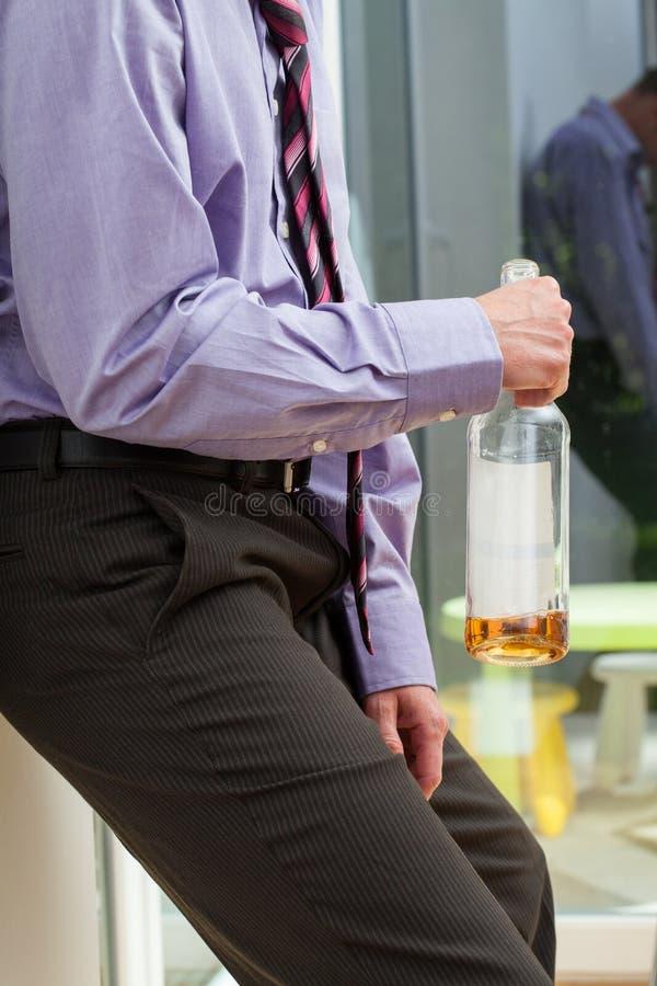 Hombre de negocios con problemas del alcohol fotos de archivo