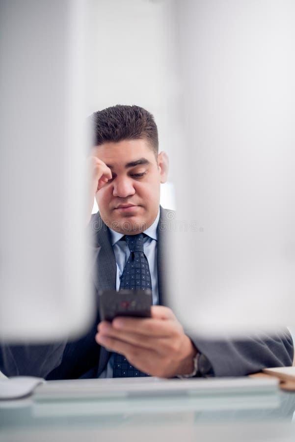 Hombre de negocios con smartphone imágenes de archivo libres de regalías