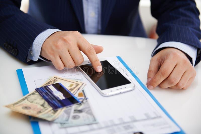Hombre de negocios con smartphone imagen de archivo libre de regalías