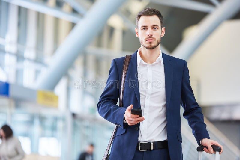 Hombre de negocios con smartphone en el terminal foto de archivo libre de regalías