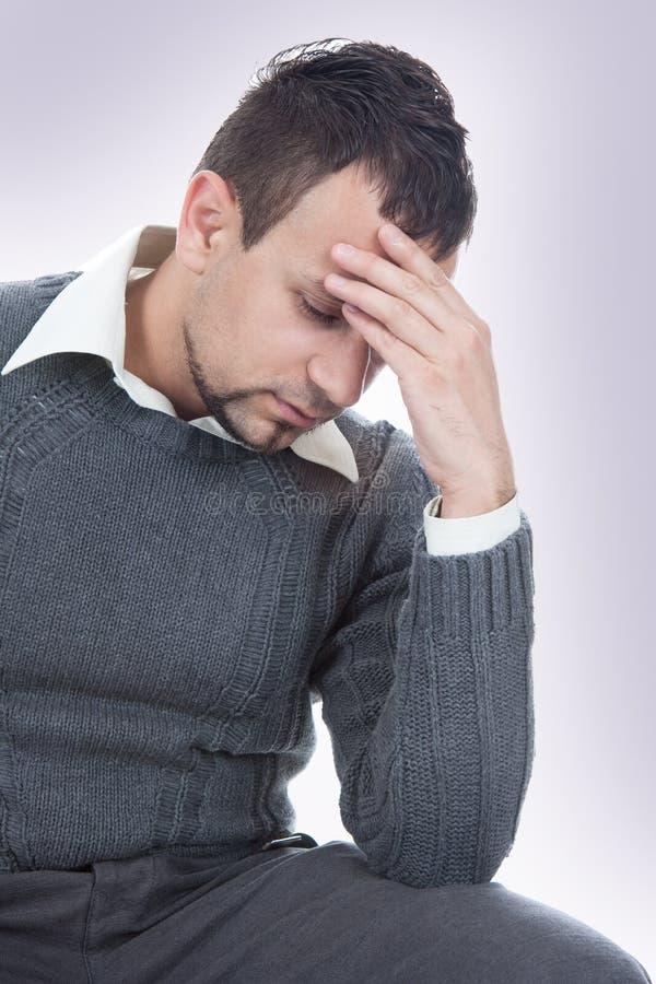 Hombre de negocios con un dolor principal fotos de archivo libres de regalías