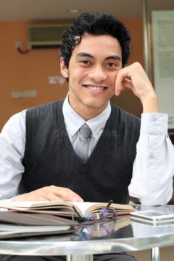 Hombre de negocios con un libro imagen de archivo libre de regalías