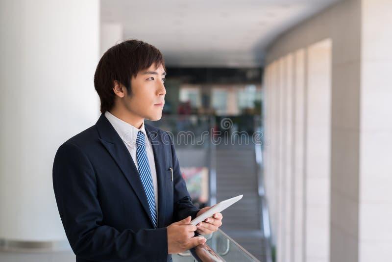 Hombre de negocios con una tableta digital imagen de archivo