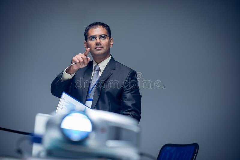 Hombre de negocios concentrado foto de archivo libre de regalías