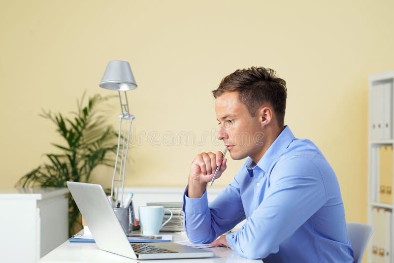 Hombre de negocios concentrado en trabajo imagen de archivo libre de regalías