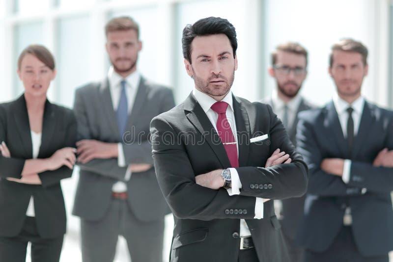 Hombre de negocios confiado delante de su equipo del negocio imagen de archivo libre de regalías