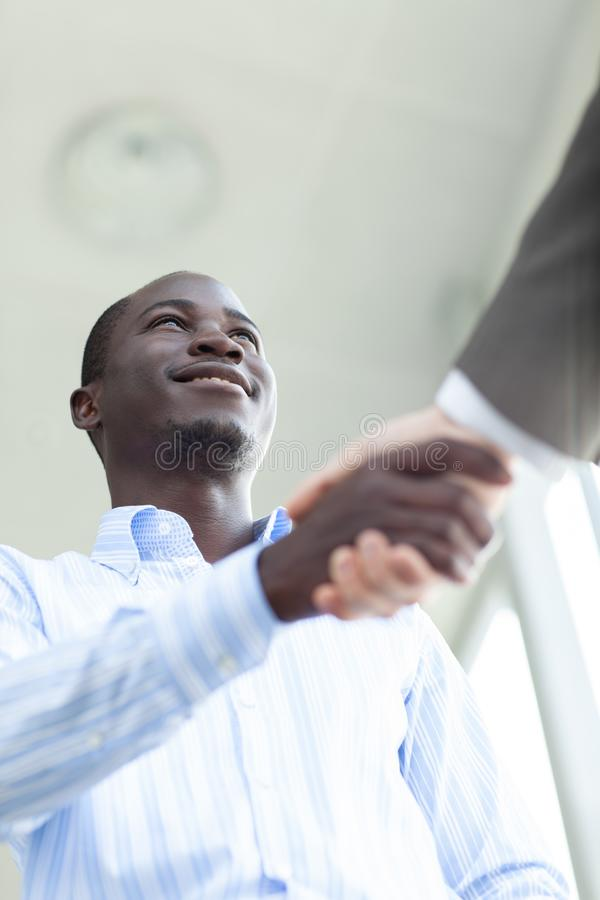Hombre de negocios confiado dos que sacude las manos durante una reunión en la oficina, el éxito, el tratamiento, el saludo y el  foto de archivo