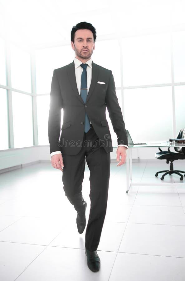 Hombre de negocios confiado en una oficina moderna imagenes de archivo