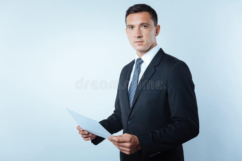Hombre de negocios confiado hermoso que le mira imagen de archivo