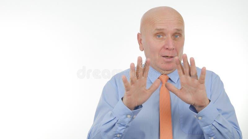 Hombre de negocios confiado Image Gesturing en una conversación imagenes de archivo