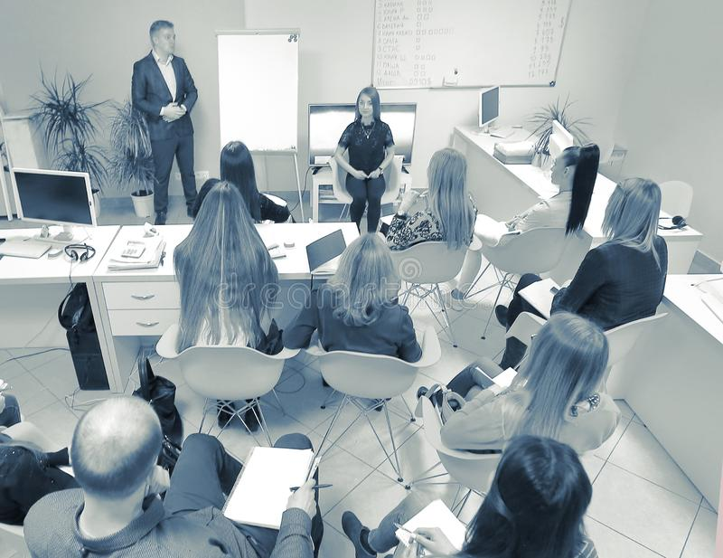 Hombre de negocios confiado que explica algo en whiteboard durante imagenes de archivo