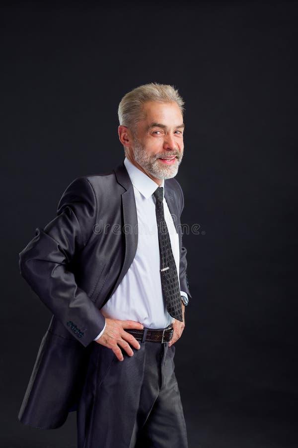 hombre de negocios confiado que lleva a cabo las manos en su correa fotos de archivo