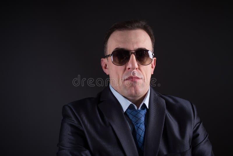 Hombre de negocios confiado In Sunglasses fotos de archivo libres de regalías