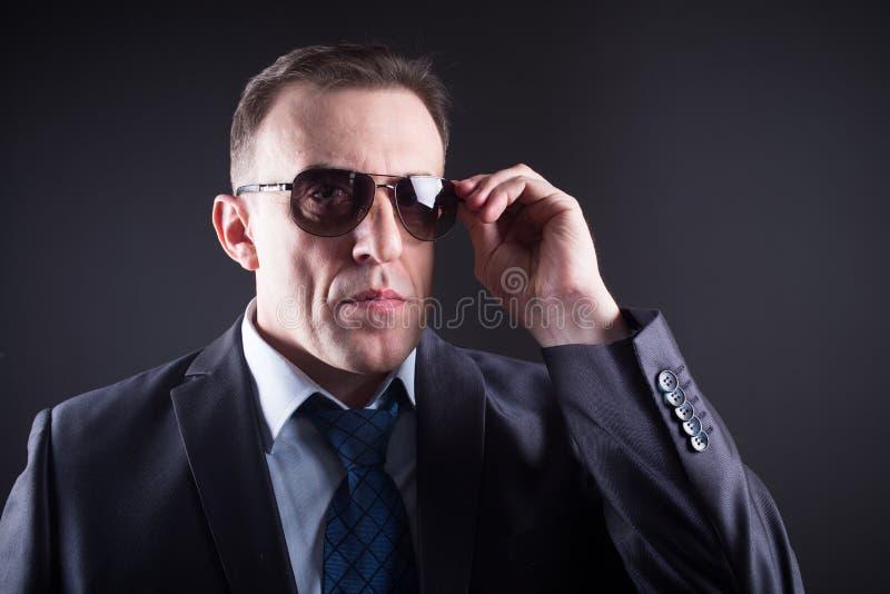 Hombre de negocios confiado In Sunglasses fotografía de archivo