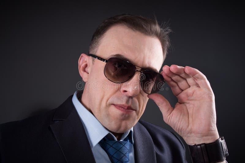 Hombre de negocios confiado In Sunglasses imagenes de archivo