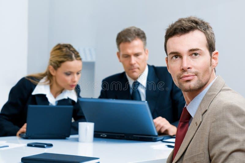 Hombre de negocios confidente en la oficina fotos de archivo