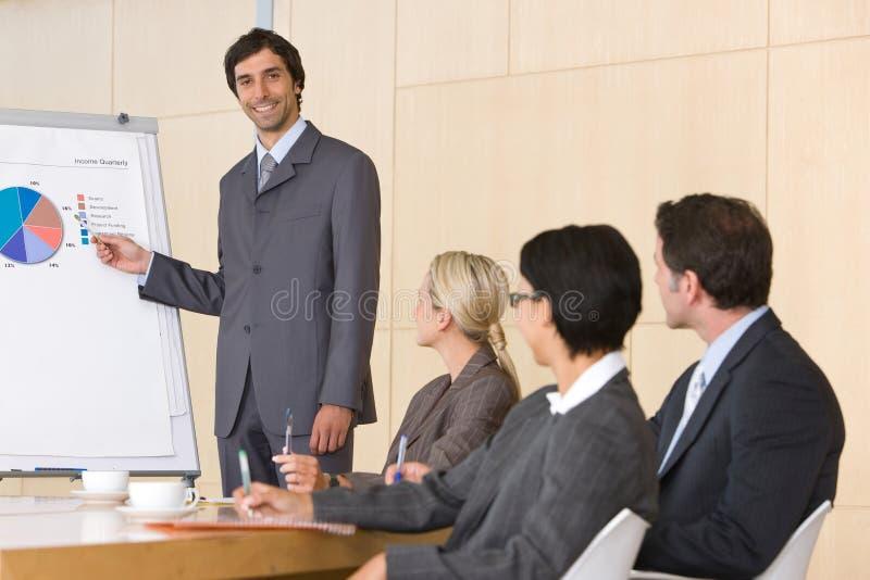 Hombre de negocios confidente que da la presentación fotografía de archivo libre de regalías