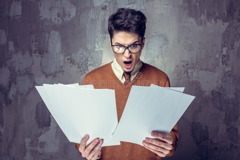 Hombre de negocios confundido con mucho papeleo imágenes de archivo libres de regalías