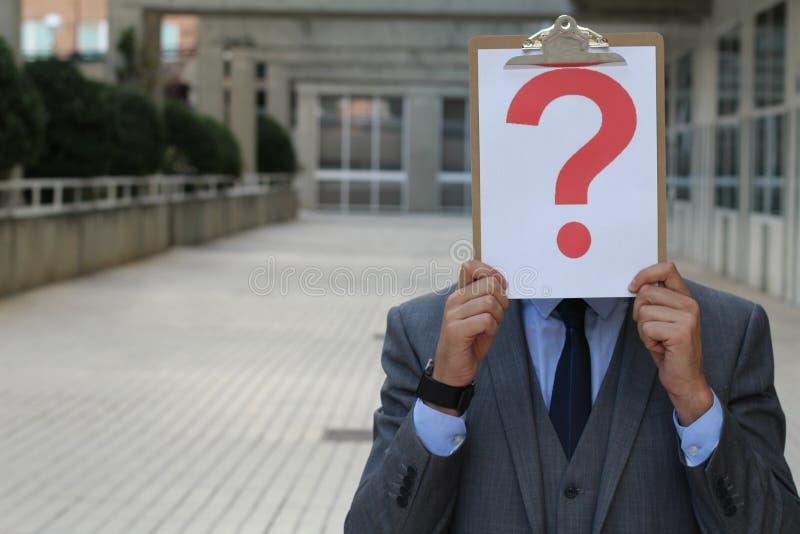Hombre de negocios confuso con una pregunta importante fotos de archivo