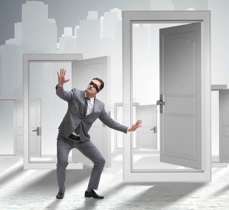 Hombre de negocios confuso delante de puertas imagenes de archivo