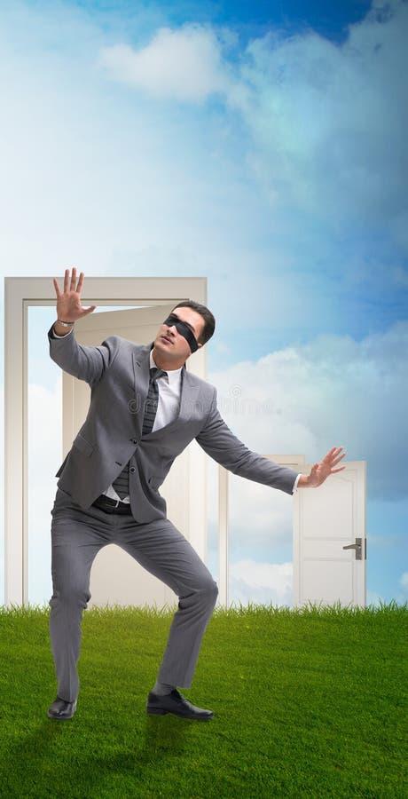 Hombre de negocios confuso delante de puertas imagen de archivo libre de regalías