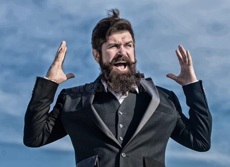 Hombre de negocios contra el cielo Barba barbuda del tacto del hombre Hombre con la barba al aire libre Inconformista cauc?sico b foto de archivo libre de regalías