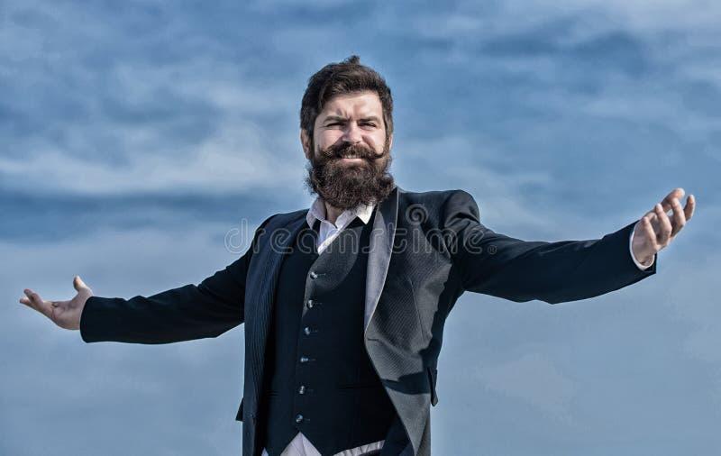 Hombre de negocios contra el cielo Inconformista cauc?sico brutal con el bigote Inconformista maduro con la barba ?xito futuro va foto de archivo