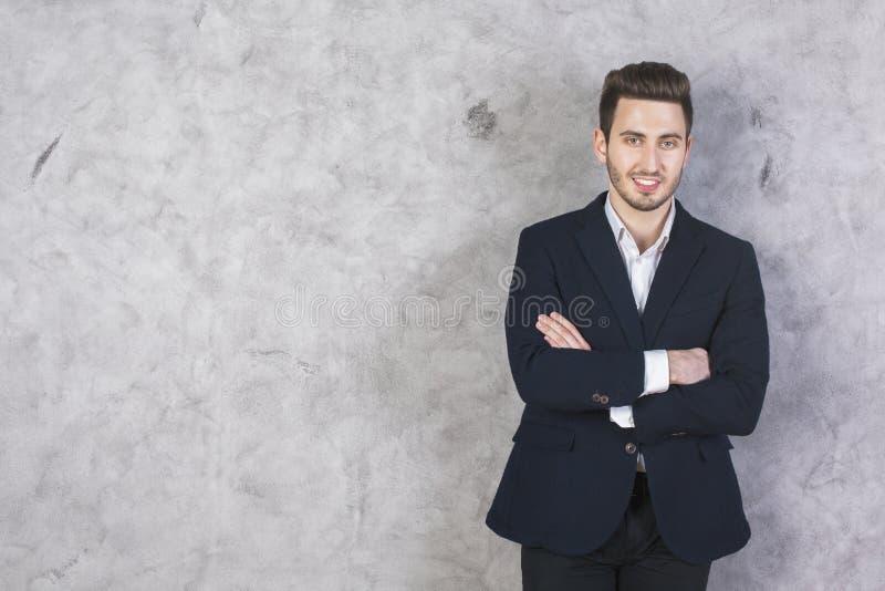 Hombre de negocios contra el muro de cemento imagenes de archivo