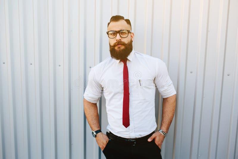 Hombre de negocios contra una pared blanca fotografía de archivo