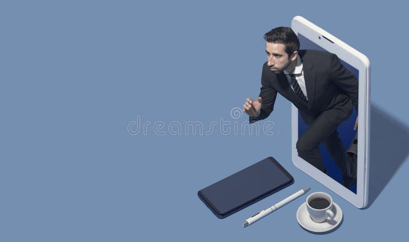 Hombre de negocios corporativo que corre hacia fuera de un smartphone fotografía de archivo libre de regalías