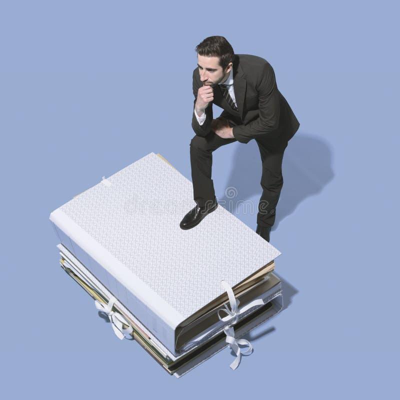 Hombre de negocios corporativo que piensa en estrategias empresariales fotos de archivo libres de regalías