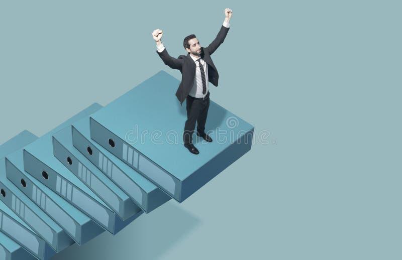 Hombre de negocios corporativo que sube la escalera del éxito foto de archivo libre de regalías