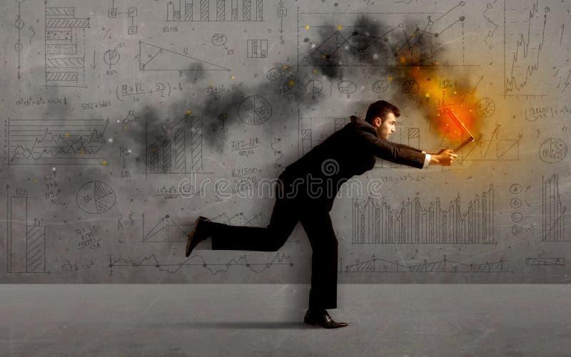 Hombre de negocios corriente con el ordenador portátil del fuego foto de archivo libre de regalías