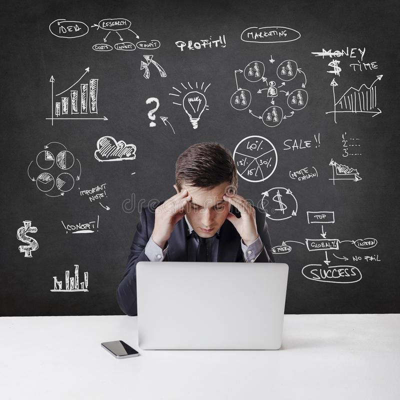 Hombre de negocios creativo que se opone a fondo del concepto del negocio stock de ilustración