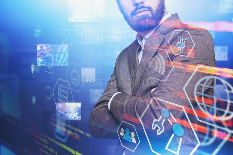 Hombre de negocios cruzado de los brazos, interfaz digital fotos de archivo