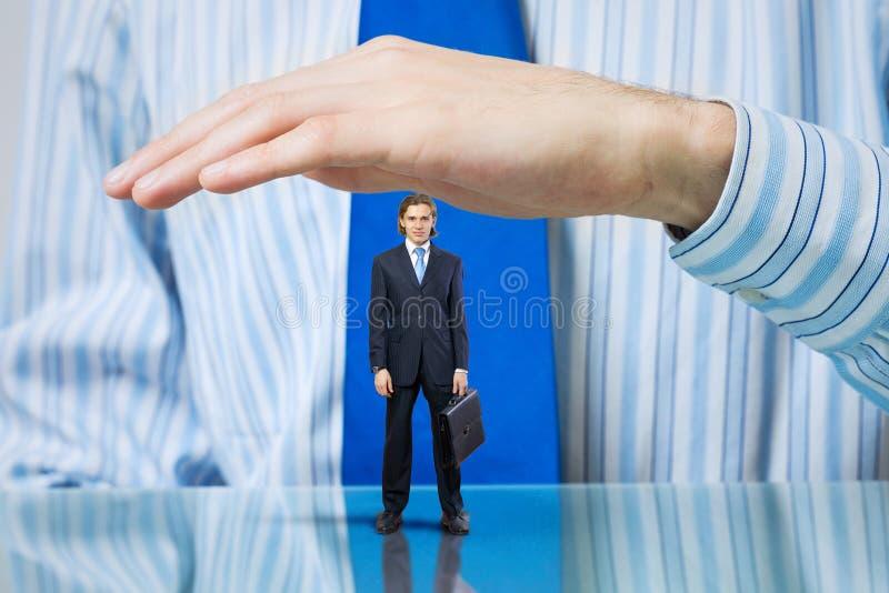 Hombre de negocios cubierto con las palmas fotografía de archivo