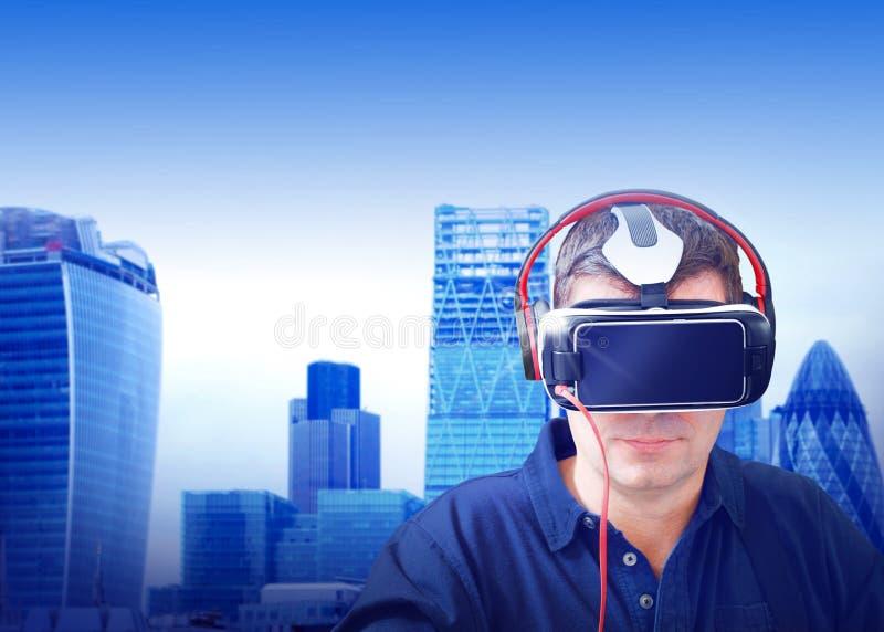 Hombre de negocios de la realidad virtual fotos de archivo