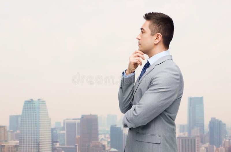 Hombre de negocios de pensamiento en el traje que toma la decisión imagen de archivo libre de regalías