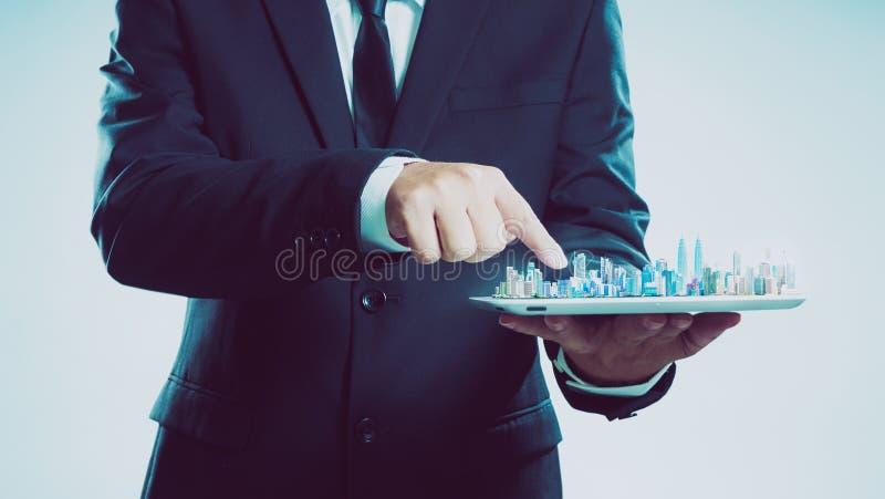 Hombre de negocios del éxito usando la demostración digital de la tableta el horizonte de la ciudad imagen de archivo libre de regalías