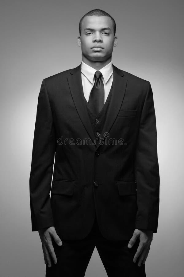 Hombre de negocios del African-American en juego negro. imagenes de archivo