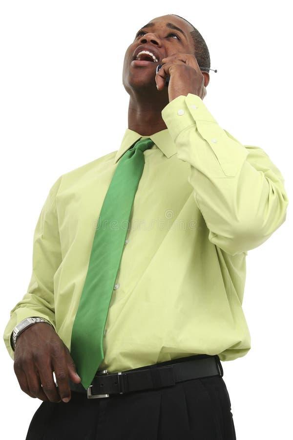 Hombre de negocios del afroamericano en el teléfono celular imagenes de archivo