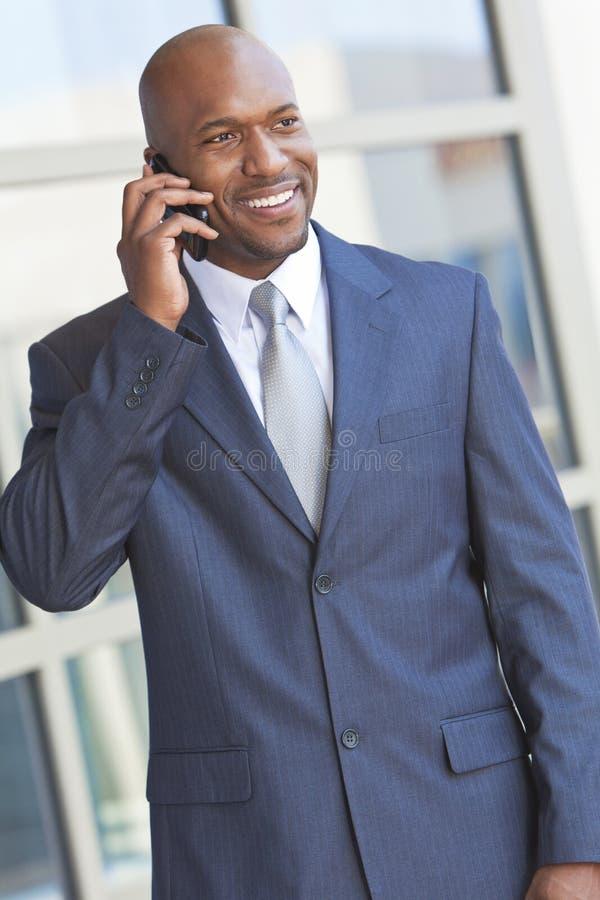 Hombre de negocios del afroamericano que habla en el teléfono celular fotografía de archivo