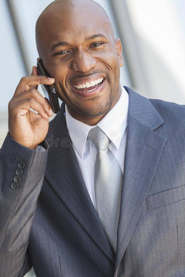 Hombre de negocios del afroamericano que habla en el teléfono celular imágenes de archivo libres de regalías
