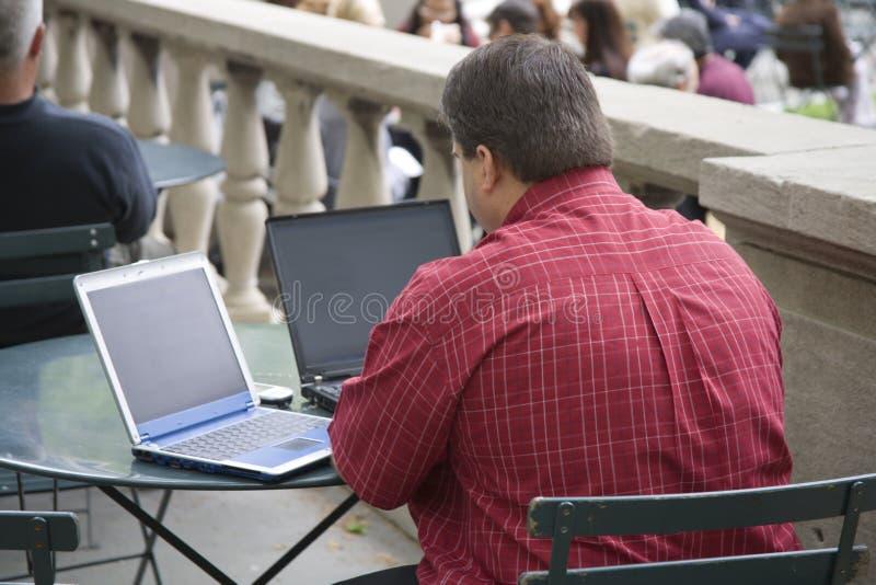Hombre de negocios del almuerzo de dos computadoras portátiles fotografía de archivo libre de regalías