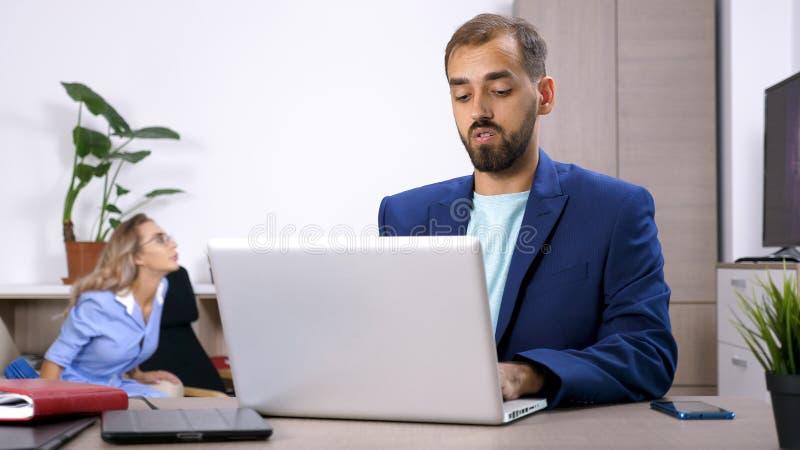 Hombre de negocios del Freelancer que trabaja en el ordenador portátil imágenes de archivo libres de regalías