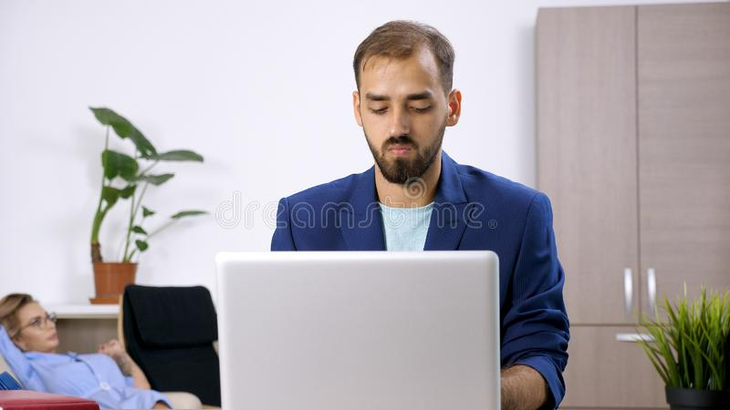 Hombre de negocios del Freelancer que trabaja en el ordenador portátil fotografía de archivo