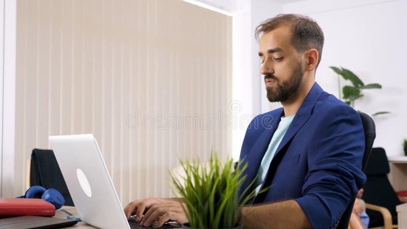 Hombre de negocios del Freelancer que trabaja en el ordenador portátil fotografía de archivo libre de regalías