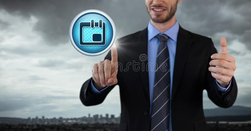Hombre de negocios del icono del diario del calendario del planificador con las manos que tocan el aire en oficina de ciudad fotos de archivo