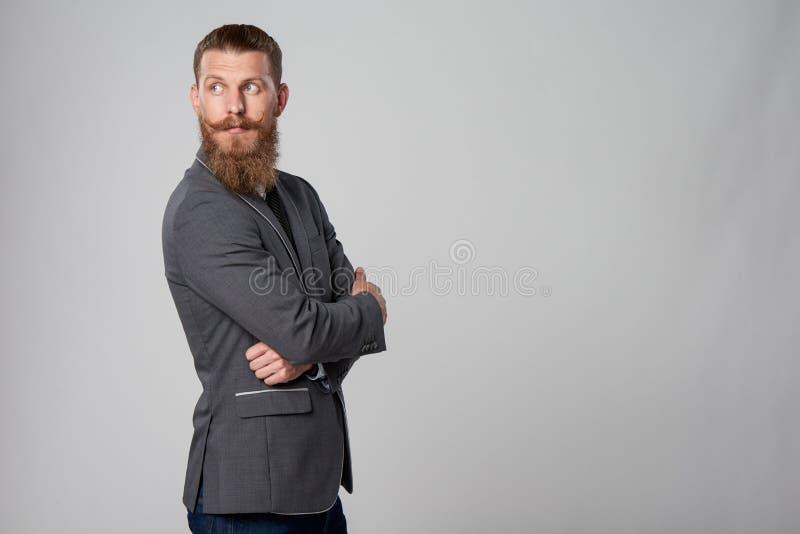 Hombre de negocios del inconformista que mira adelante fotografía de archivo