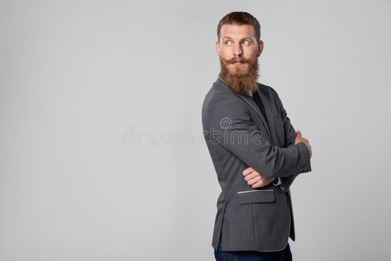 Hombre de negocios del inconformista que mira adelante imagenes de archivo
